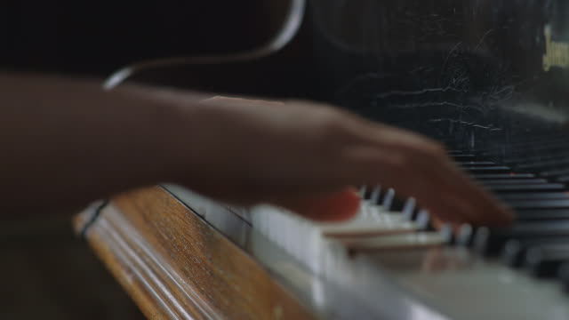 vídeos de stock e filmes b-roll de cu shot of hands and fingers playing piano / united kingdom - piano