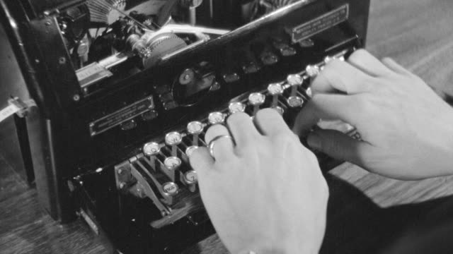 vídeos de stock, filmes e b-roll de cu shot of hands typing on typewriter - preto e branco