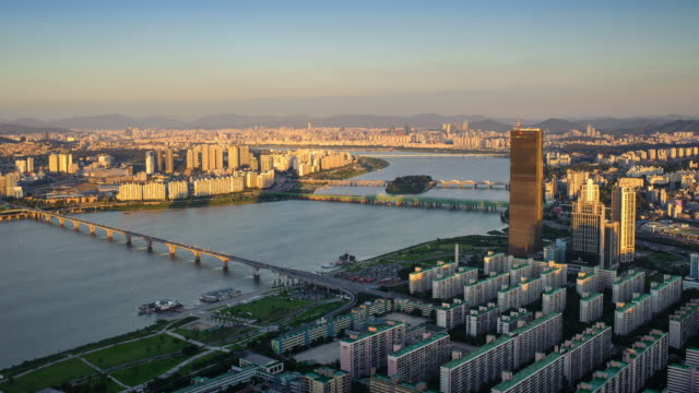 ws t/l shot of hangang river and yeouido business district at sunset / seoul, south korea   - zeitraffer tag bis dämmerung stock-videos und b-roll-filmmaterial