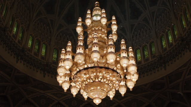 cu shot of hanging light in sultan quabos mosque / muscat, oman - moschea video stock e b–roll