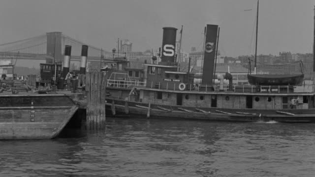 ws shot of harbor with couple of boats in front of brooklyn bridge - brooklyn bridge stock videos & royalty-free footage