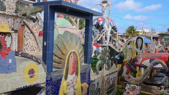 vídeos de stock e filmes b-roll de cu pan shot of havana cuba jaimanitas ceramics designs by internationslly known cuban artist jose fuster / havana, cuba  - figura feminina