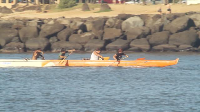 vídeos y material grabado en eventos de stock de ms ts shot of hawaiin ocean rowing team moving across water from left to right / oahu, hawaii, united states - remo de punta
