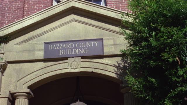 vídeos de stock e filmes b-roll de cu shot of hazzard county building - frontão triangular
