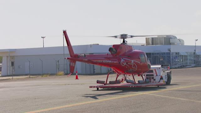 ms tu zi zo shot of helicopter taking of from airport / queensland, australia - 50 sekunder eller längre bildbanksvideor och videomaterial från bakom kulisserna