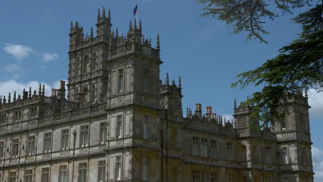 vídeos y material grabado en eventos de stock de ws shot of highclere castle / hampshire, united kingdom - hampshire