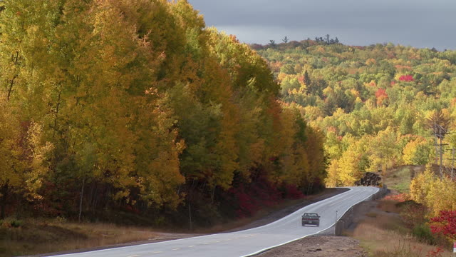 vídeos y material grabado en eventos de stock de ws shot of highway through valley and fall colors / combermere, ontario, canada - carretera principal