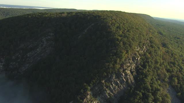 vídeos y material grabado en eventos de stock de ms aerial shot of hillside with dense forests at delaware water gap / pennsylvania, united states - delaware water gap