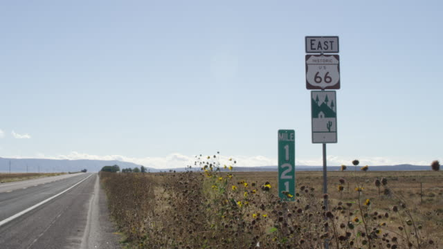 vidéos et rushes de ws shot of historic route 66 sign along side of highway / seligman, arizona, united states - route 66