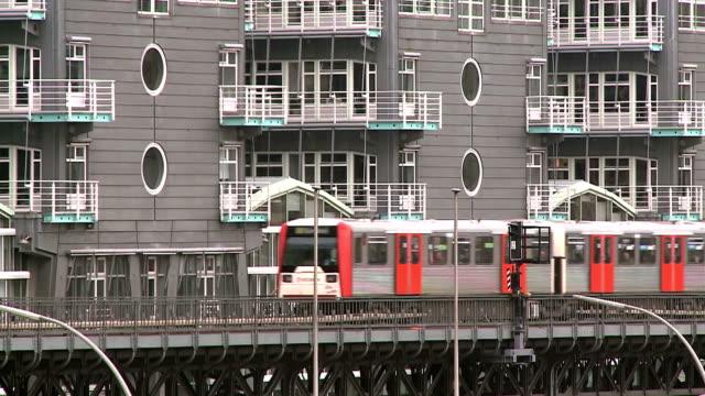 ms shot of hochbahn (city railway) passing in front of grunerjahr building / hamburg, germany  - balkon stock-videos und b-roll-filmmaterial