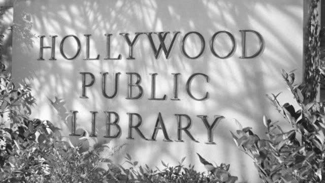 vídeos de stock, filmes e b-roll de ms zi shot of hollywood public library sign - escrita ocidental