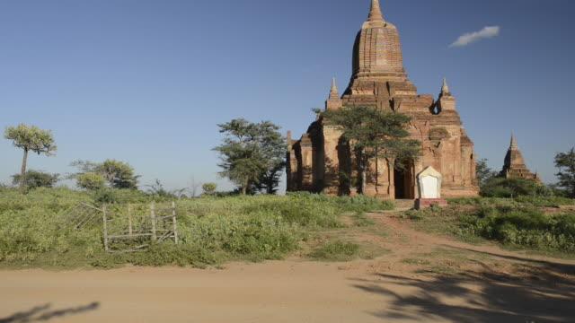 vidéos et rushes de ms shot of horse carriage driving past pagoda / bagan, mandalay division, myanmar - animaux au travail