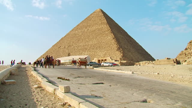 ms ts shot of horse cart at pyramids / giza, egypt - horse cart stock videos and b-roll footage