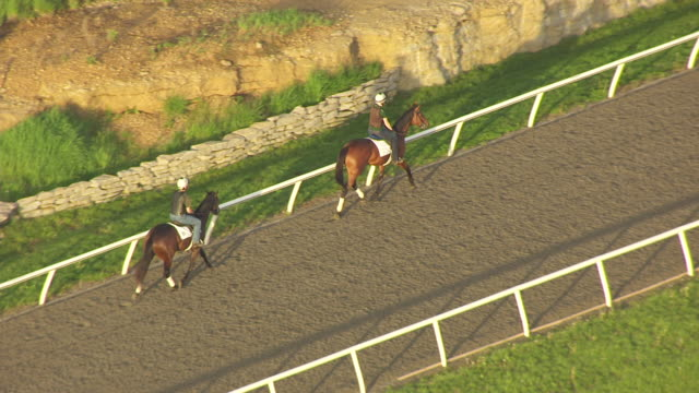stockvideo's en b-roll-footage met ms aerial ts shot of horses and jockeys riding to position at winstar track / versailles, kentucky, united states - vachtpatroon