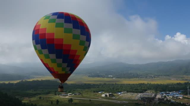 shot of hot-air balloon in yunnan (famous tourist destination) - 熱気球点の映像素材/bロール