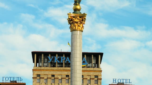 vídeos de stock e filmes b-roll de ms t/l shot of hotel at independence sqaure monument / kiev, ukraine - cultura da europa de leste