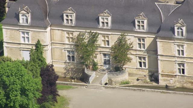 vidéos et rushes de cu aerial shot of house at viellenave de navarrenx / aquitaine, france - aquitaine