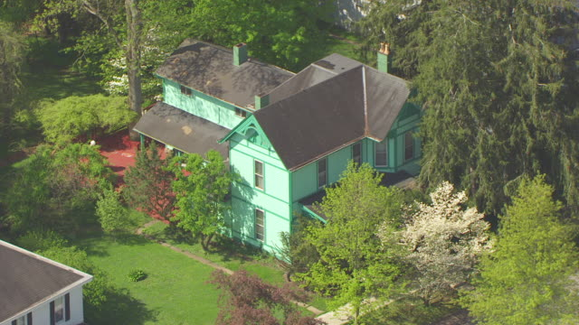 ms aerial shot of house of george clooney's parents / augusta, kentucky, united states - ジョージ・クルーニー点の映像素材/bロール