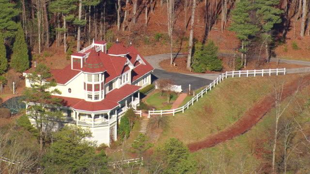 vídeos de stock e filmes b-roll de ms aerial shot of house with garden and wooded area / georgia, united states - vedação