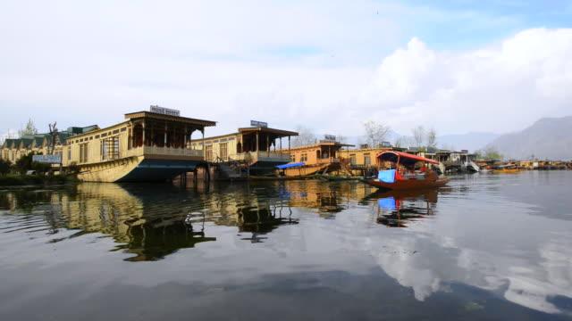 vídeos de stock e filmes b-roll de ms pov shot of houseboats standing at dal lakeside / srinagar, jammu and kashmir, india   - barco casa