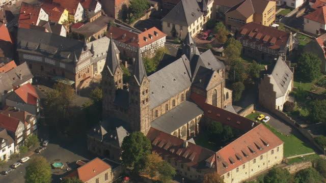 stockvideo's en b-roll-footage met ms aerial shot of houses and st. petri cathedral at fritzlar / germany - kerktoren