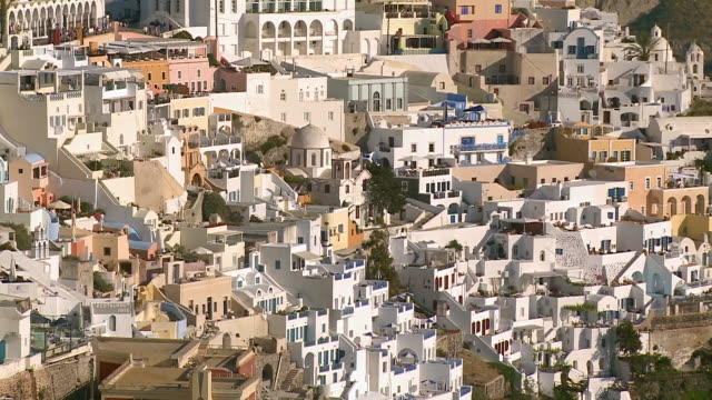 vidéos et rushes de ms zo shot of houses at village thira with hills / santorini, cyclades, greece - santorin