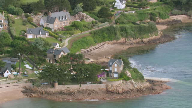 vidéos et rushes de ws aerial shot of houses near ile de brehat island at paimpol / brittany, channel isles - bretagne