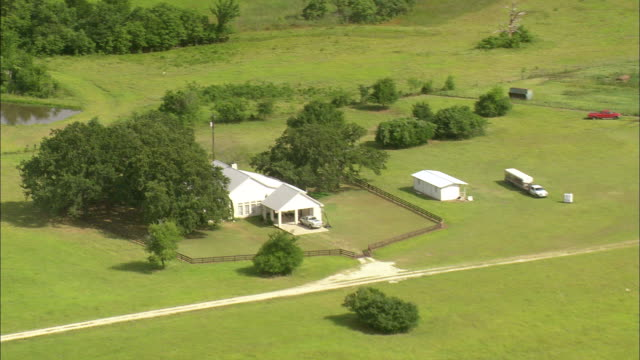 vídeos de stock e filmes b-roll de ws aerial zi shot of houses surrounded by trees at open landscape / texas, united states - rodear