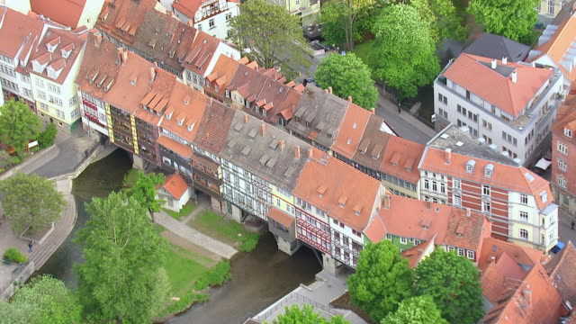 ms aerial ts zo shot of houses with small river in city / erfurt, thuringia, germany - turingia video stock e b–roll