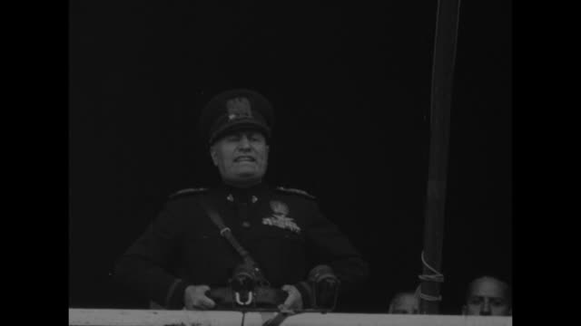 stockvideo's en b-roll-footage met shot of huge crowd gathered in piazza venezia to hear benito mussolini speak vo duce duce / mussolini comes out on balcony of palazzo venezia officer... - benito mussolini