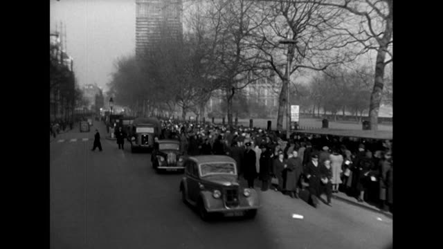 pov shot of huge crowds waiting to view king george vi lying in state at westminster hall - trauerzeit stock-videos und b-roll-filmmaterial