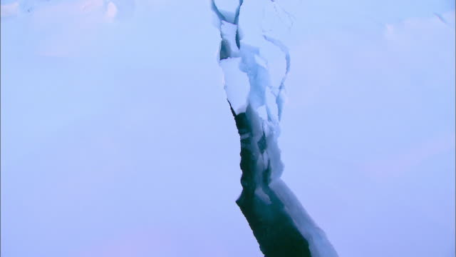 vídeos de stock, filmes e b-roll de shot of ice melting and cracking in arctic glacier - geologia