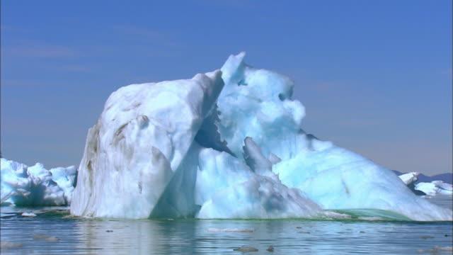 vídeos de stock, filmes e b-roll de shot of ice turning upside down at antarctic ocean - forma da água