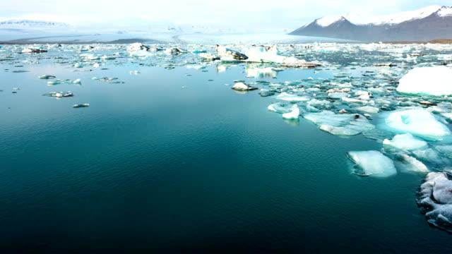 T/L 4K: Schuss von Eisberge schwimmen in Jokursarlon Lagune, Island