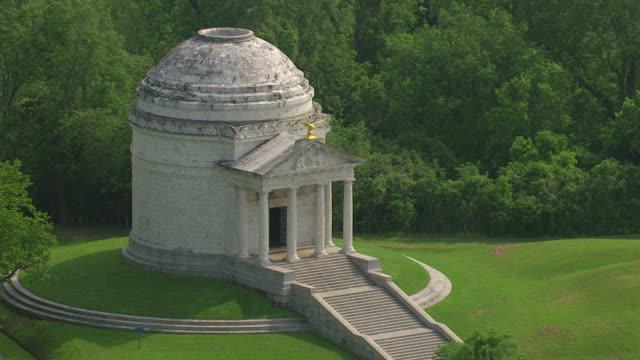 ms aerial zi shot of illinois memorial at vicksburg national military park / vicksburg, mississippi, united states - ペディメント点の映像素材/bロール