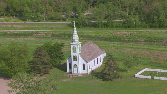 vidéos et rushes de ms aerial ts zo shot of immanuel evangelical lutheran church and school and pull out at stuhr museum of prairie pioneer / grand island, nebraska, united states - protestantisme