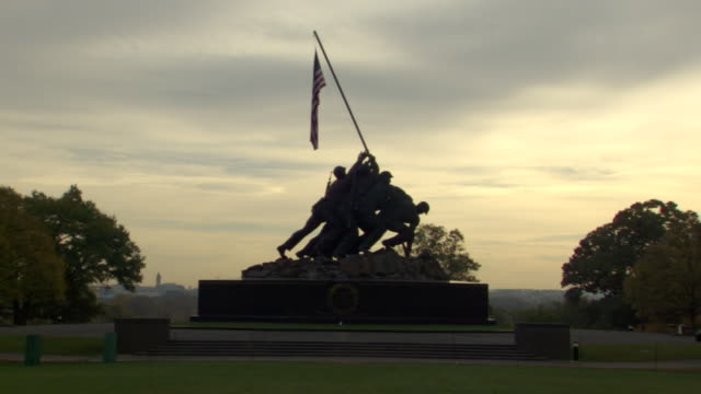 ws shot of iwo jima and marine corps war memorial with washington monument in far distance / washington, district of columbia, united states - 戦争記念碑点の映像素材/bロール