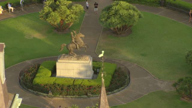 vídeos y material grabado en eventos de stock de ms aerial shot of jackson statue in jackson square / new orleans, louisiana, united states - andrew jackson presidente de los estados unidos
