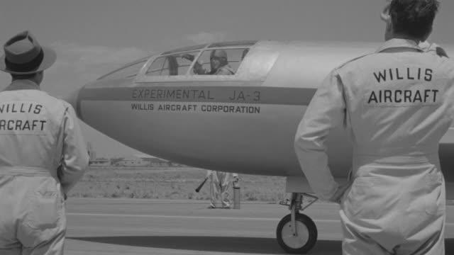 stockvideo's en b-roll-footage met ms pan shot of jet ready to take off at runway - start  en landingsbaan