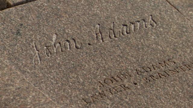 vidéos et rushes de cu shot of john adams signature in stone at constitution gardens / washington, district of columbia, united states - président
