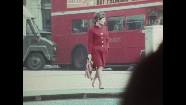 shot of judi dench walking along a london street. - ジュディ・デンチ点の映像素材/bロール