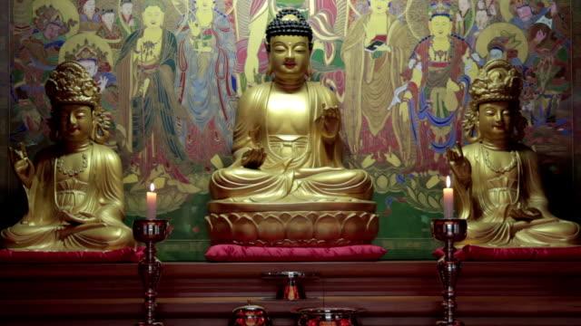 vídeos de stock e filmes b-roll de shot of jwabulsang buddha statue in buddhist temple - figura masculina