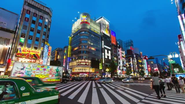 vídeos de stock, filmes e b-roll de ms t/l shot of kabukicho crossing in shinjuku / tokyo, japan - sinais de cruzamento