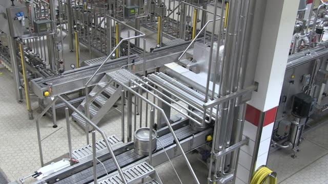 vidéos et rushes de ms shot of keg filling station inside brewhouse  / grafenhausen, baden-wuerttemberg, germany - groupe moyen d'objets