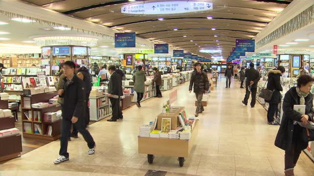 stockvideo's en b-roll-footage met ms shot of kyobo book store (one of the largest bookstore in asia) / seoul, seoul, south korea - boekwinkel