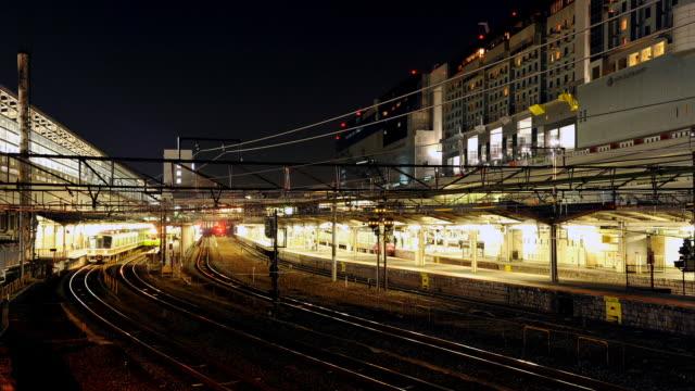 ms t/l shot of kyoto station at night / kyoto, japan - 鉄道のプラットホーム点の映像素材/bロール