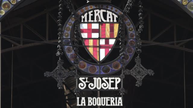 cu r/f shot of la boqueria market sign / barcelona, catalunya, spain - etwa 12. jahrhundert stock-videos und b-roll-filmmaterial