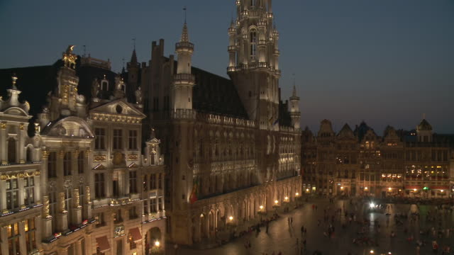 ms td shot of la grand place at dusk unesco world heritage with town hall / brussels, brussels capital region, belgium - regione di bruxelles capitale video stock e b–roll