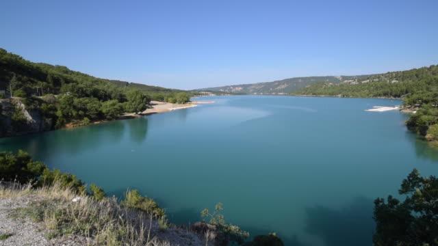 td shot of lac de sainte-croix - var bildbanksvideor och videomaterial från bakom kulisserna