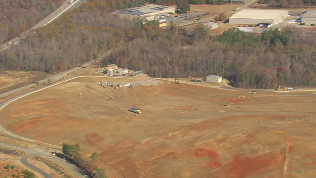 ms aerial ts shot of landfill (outside fairmont mill) / south carolina, united states - 埋め立てごみ処理地点の映像素材/bロール